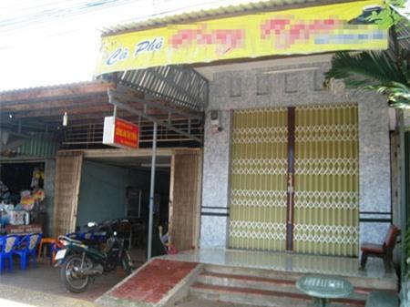 Ông Việt bị phát hiện tắm chung với vợ ông Hôn trong ngôi nhà (cà phê Hưng Ngọc) sát vách trụ sở Công an thị trấn Thới Bình.