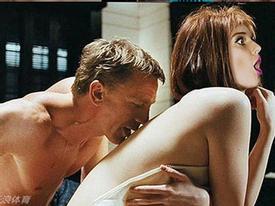 Xem Helen Flanagan hóa thân Bond Girl và diễn cảnh nóng với 007
