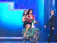 """Cẩm Ly - Minh Tuyết mang """"siêu xe"""" lên sân khấu"""