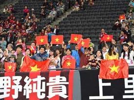 SVĐ Nhật Bản đỏ rực cờ Việt Nam ngày Công Vinh bình phục