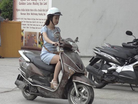 Hot girl Ngọc Thảo hoảng hốt trên phố