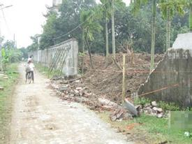Bị tường đè trên đường đi học, 3 học sinh thương vong