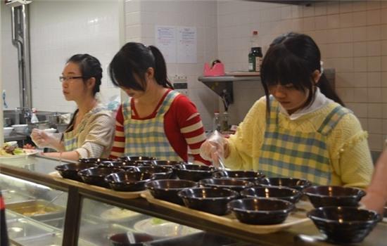 Sinh viên Nhật xếp hàng mua đồ ăn của du học sinh VN