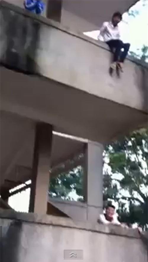 Nam sinh nghịch dại nhảy từ tầng 2 xuống đất