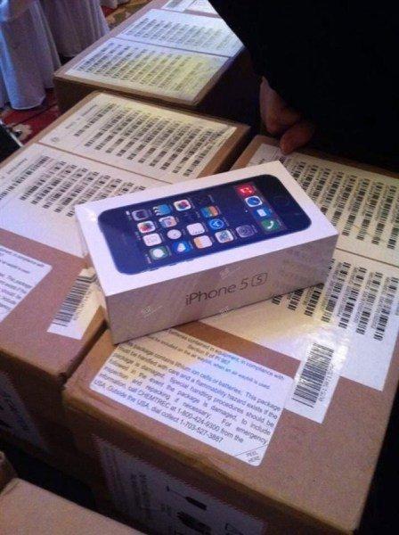 Đại gia cưới vợ tặng khách dự tiệc Iphone 5S