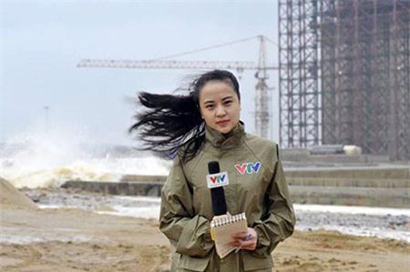 Dân mạng cảm kích nữ BTV xinh đẹp đưa tin trong bão dữ