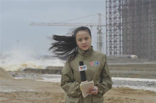Hình ảnh các BTV thời tiết xinh đẹp lăn xả vào vùng bão dữ gây ấn tượng