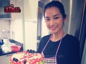Trúc Diễm mặt mộc xinh đẹp vào bếp làm bánh tặng mẹ