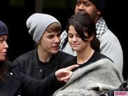 """Selena Gomez """"ngứa mắt"""" với Miley và tình cũ Justin Bieber"""