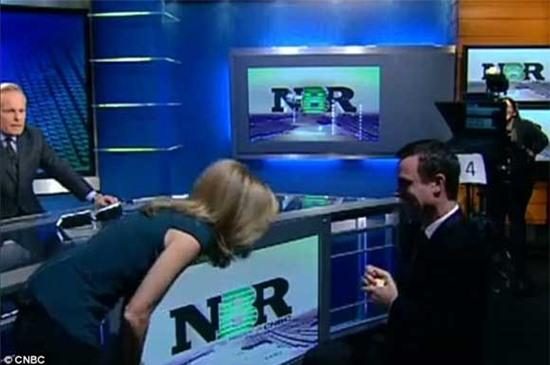 Nữ phóng viên được cầu hôn trên truyền hình trực tiếp