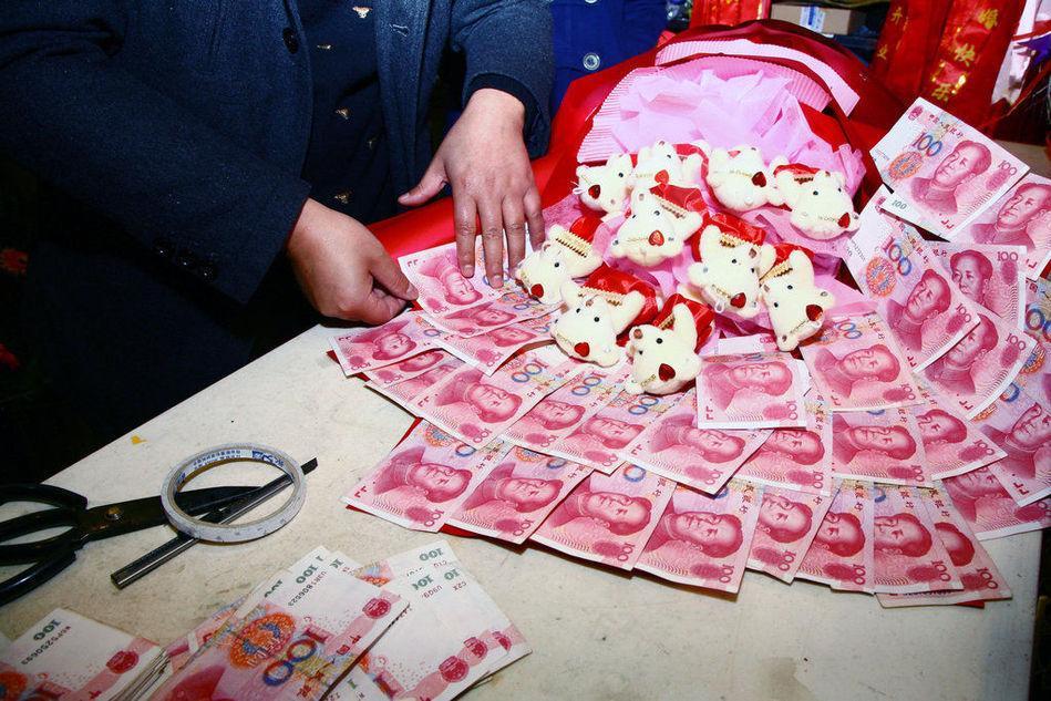 Bó hoa cầu hôn bằng tiền có '1-0-2'