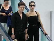 Lâm Chi Khanh lưng trần sánh đôi bạn trai ở sân bay