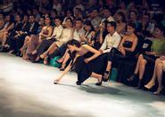 Ngô Thanh Vân rời ghế VIP nhặt đế giày cho mẫu nam