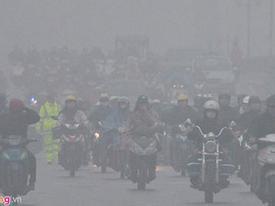 Hà Nội: Xe cộ bật đèn lúc 8h sáng vì sương mù dày đặc