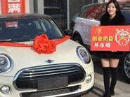 Cô chủ 9X thưởng tết cho nhân viên bằng siêu xe BMW