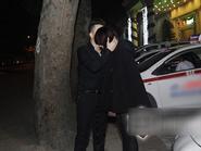 Bắt gặp Cao Thái Sơn tình tứ với bạn gái trên phố
