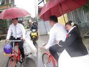 Cô dâu bật khóc khi chú rể đón bằng xe đạp giữa trời mưa