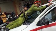 Lời khai tài xế taxi hất cảnh sát lên nắp capo