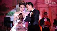 Vợ chồng Ngân Khánh bón đồ ăn cho nhau trên sân khấu
