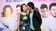 Tú Vi – Văn Anh ôm hôn nhau tình tứ giữa rạp chiếu phim
