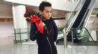 Phở Đặc Biệt ôm hoa đứng một mình tại sân bay