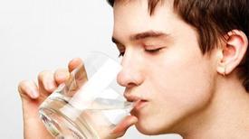 Trước khi 'yêu', chàng nên uống nước ấm