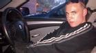 Hai chàng trai thản nhiên chụp selfie bên xe ăn trộm