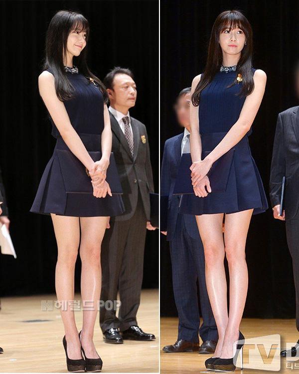 váy ngắn với áo thun thân hình đồng hồ cát