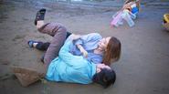 Hoài Linh vất vả vật lộn với Ngân Khánh trên phim trường