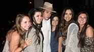 Justin Bieber bị 'quây' giữa vòng vây người đẹp