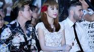 Angela Phương Trinh bắt chước Sơn Tùng ngậm kẹo ở sự kiện