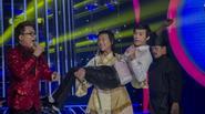 """GMTQ 2015: Hoài Linh """"chơi trội"""", trổ tài bay lượn trong show mở màn"""