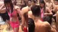 """Đám đông nam thanh niên """"quây"""" cô gái rách tơi tả bikini tại công viên nước"""