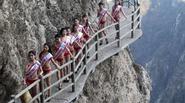 Người đẹp trình diễn bikini trên sườn núi cheo leo cao 2.000m gây tranh cãi
