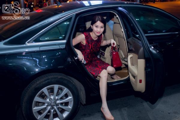 Hoa hậu Đặng Thu Thảo đỏ rực đi xế mới