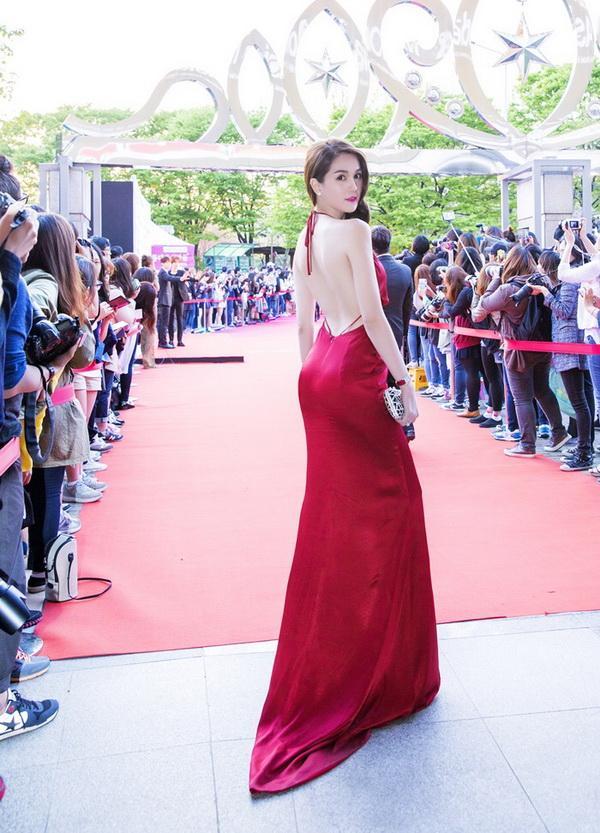 Ngọc Trinh nổi bật giữa dàn sao Hàn Quốc