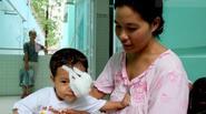 Người mẹ nghèo đau đớn nhìn con gái 1 tuổi bị mù mắt vì khối u quái ác