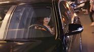 Hoàng Thùy Linh lái xế hộp tiền tỷ đi diễn cùng mẹ