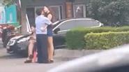 Cảnh sát thản nhiên ôm hôn chân dài ngay giữa phố