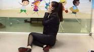 Angela Phương Trinh ngồi bệt xuống sàn nhà ôm mặt vì bị tát