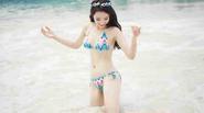 Kỳ Duyên diện bikini nô đùa cùng sóng biển