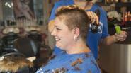 Nghẹn ngào người mẹ cạo tóc của mình để làm tóc giả cho con gái bị hói