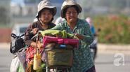 Hành trình yêu thương trên chiếc xe đạp của người mẹ nghèo 53 tuổi và hai cô con gái