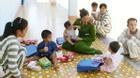 Những đứa trẻ trong trại giam
