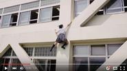 Nữ sinh Nhật Bản leo tường như người nhện