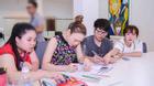 Mỹ Tâm và học trò tập tô màu để giải tỏa căng thẳng trước đêm thi