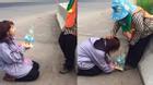 Cảm động hình ảnh cô gái quỳ gối tặng quà người mẹ quét rác