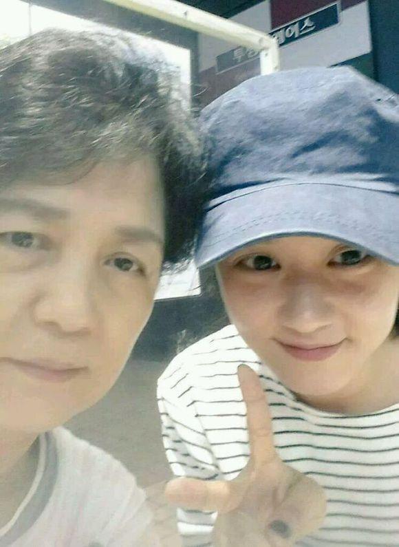 Jang Nara trẻ đẹp bên mẹ và anh trai