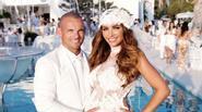 Vợ Sneijder bầu 6 tháng vẫn mặc váy cưới bó sát