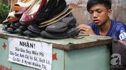 Cảm phục chuyện cậu bé sửa giày dép miễn phí cho người nghèo ở Sài Gòn